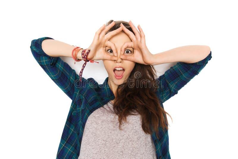 Lycklig danandeframsida för tonårs- flicka och hagyckel royaltyfri foto
