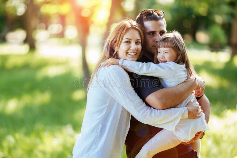 Lycklig det fria för familj med det adoptiv- barnet arkivfoto
