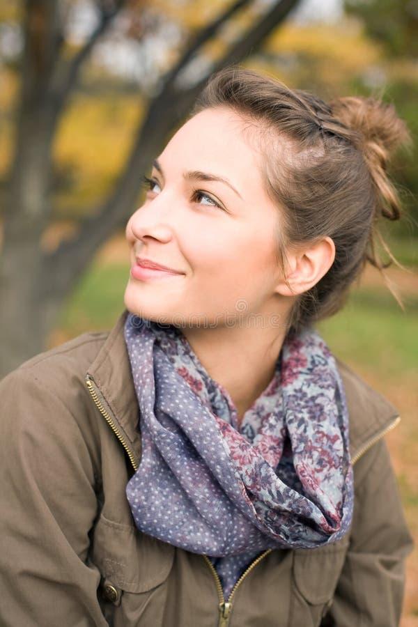 lycklig det friapark för härlig flicka arkivbild