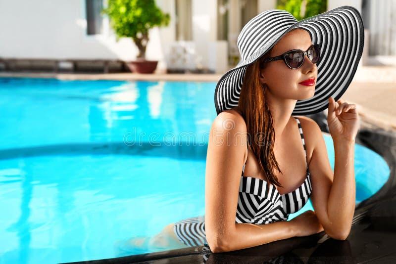 lycklig din feriesommar för familj Loppsemester Härlig kvinna på att simma Po royaltyfria bilder