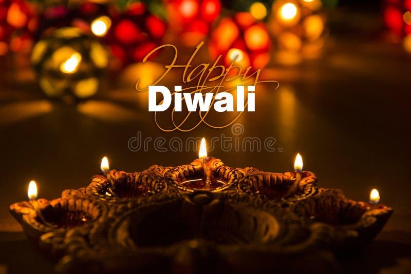 Lycklig diwali - diwalihälsningkort med upplyst diya royaltyfria bilder
