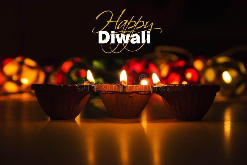 Lycklig diwali - diwalihälsningkort med upplyst diya royaltyfri foto