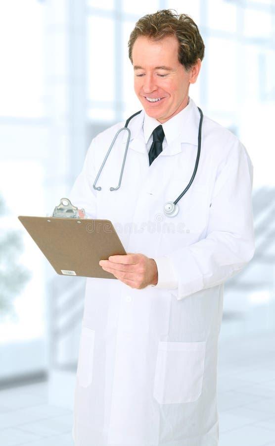 lycklig doktor hans höga writing för kontorsrapport arkivbilder