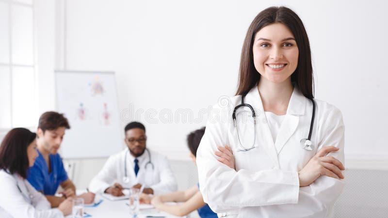Lycklig doktor With Stethoscope Posing till kameran royaltyfria bilder