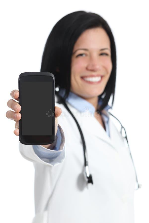 Lycklig doktorskvinna som visar en tom smart telefonskärmapplikation arkivbild