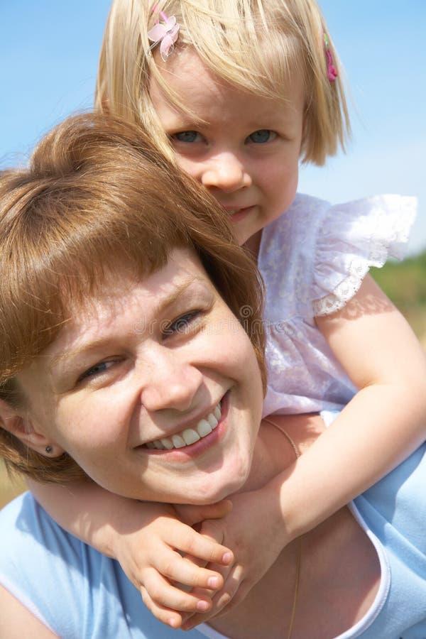lycklig dotter henne liten moder royaltyfri foto