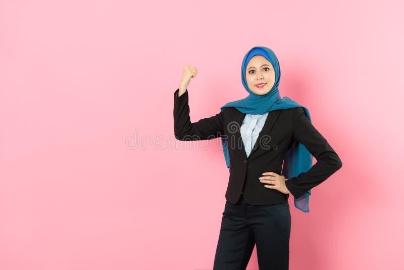 Lycklig dräkt för affär för muslimkvinnaarbetare bärande royaltyfri fotografi