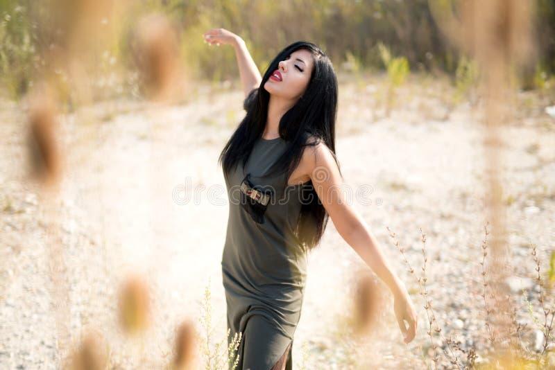 Lycklig drömma kvinna som tycker om livet i fältet Naturskönhet, färgrikt fält utomhus- livsstil svart isolerad begreppsfrihet arkivfoton