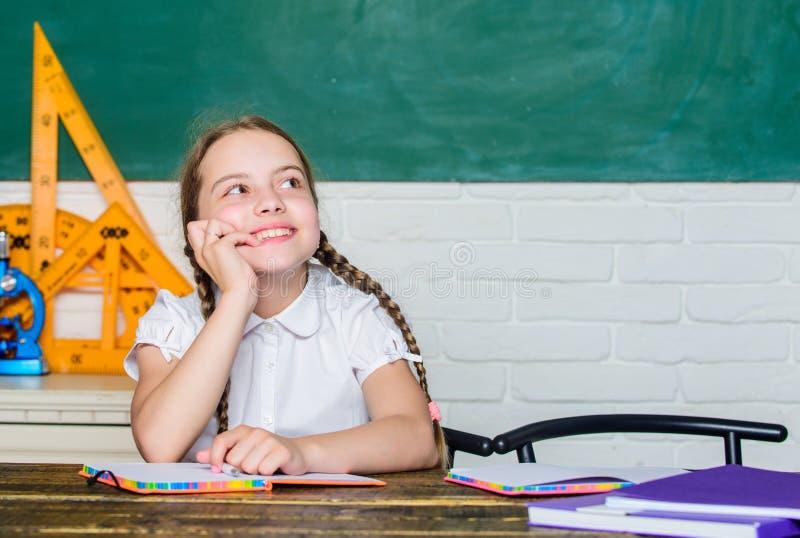 Lycklig dr?mmare tillbaka skola till framtida framgång studerar digital ålder med modern teknologi liten flickastudie med in fotografering för bildbyråer
