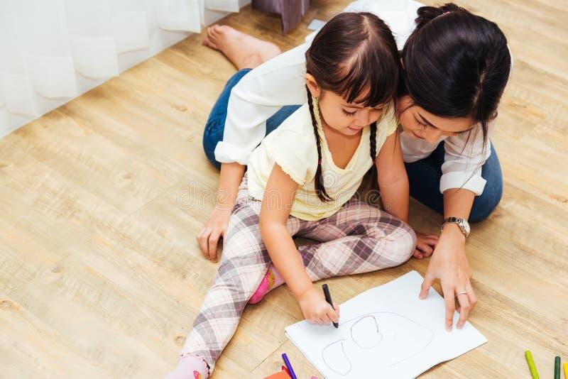 Lycklig educati för lärare för teckning för dagis för flicka för familjbarnunge royaltyfri fotografi