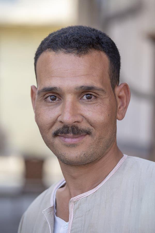 Lycklig egyptisk man för stående i den gamla stadsmarknaden, Sharm el Sheikh, Egypten royaltyfri foto