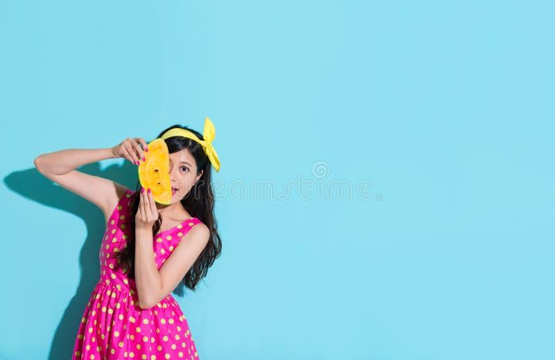 Lycklig elegant kvinna som rymmer den nya vattenmelon royaltyfri bild