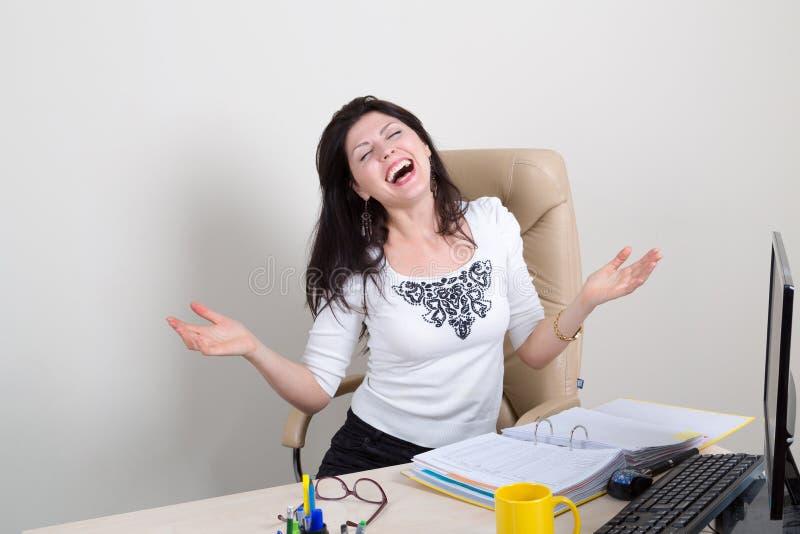 Lycklig emotionell kvinna i regeringsställning royaltyfria foton