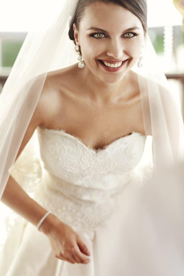Lycklig emotionell le brunettbrudcloseup, når att ha gifta sig cer royaltyfria bilder