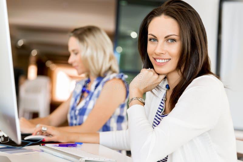 Lycklig entreprenör eller freelancer i ett kontor eller ett hem arkivbilder