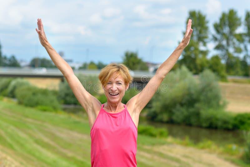 Lycklig entusiastisk kvinna som jublar sommarsolen arkivfoton