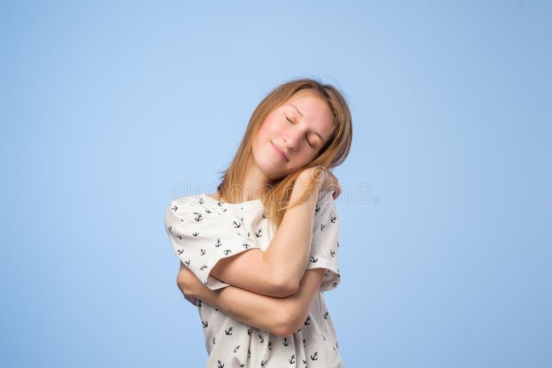 Lycklig europeisk kvinna som kramar sig med den naturliga emotionella tyckande om framsidan royaltyfria foton