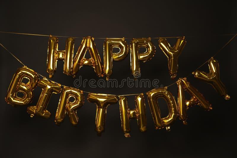 LYCKLIG FÖDELSEDAG för uttryck som göras av guld- ballongbokstäver royaltyfri bild
