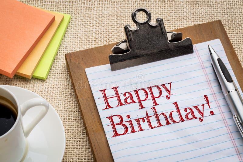 Lycklig födelsedag på skrivplattan och kaffe arkivbild
