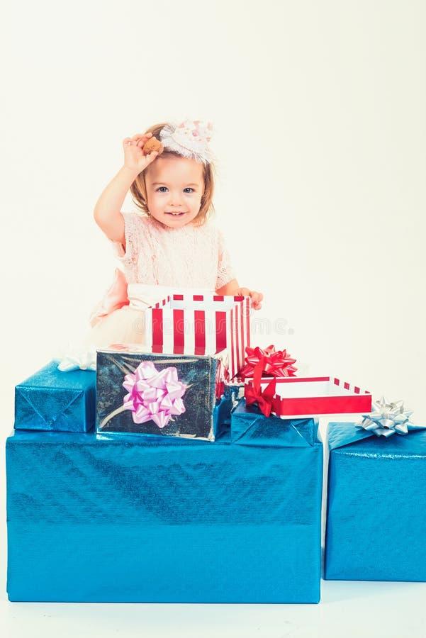 lycklig födelsedag Parti för nytt år Isolat på vit Tack för ditt köp Lycklig barndom av lilla flickan Ungeshopping arkivbilder
