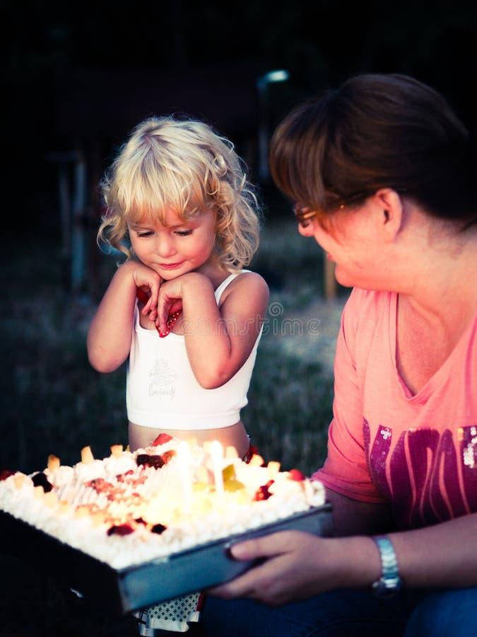 lycklig födelsedagflicka