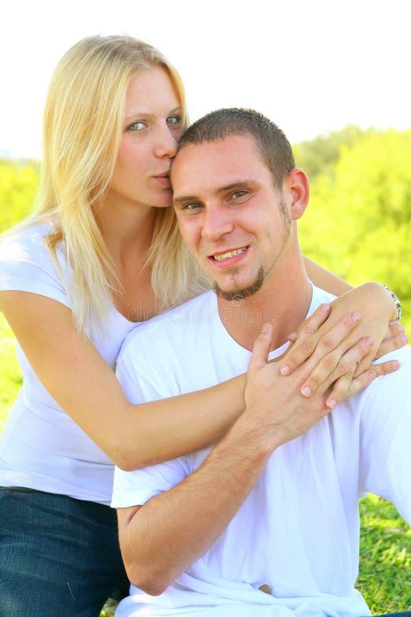 lycklig förälskelse för caucasian par som delar barn royaltyfri foto