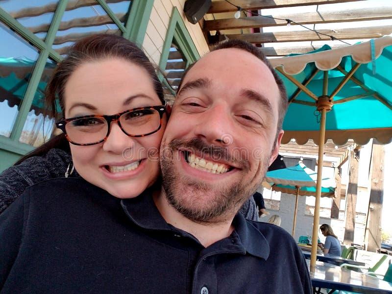 lycklig förälskelse för par royaltyfria foton