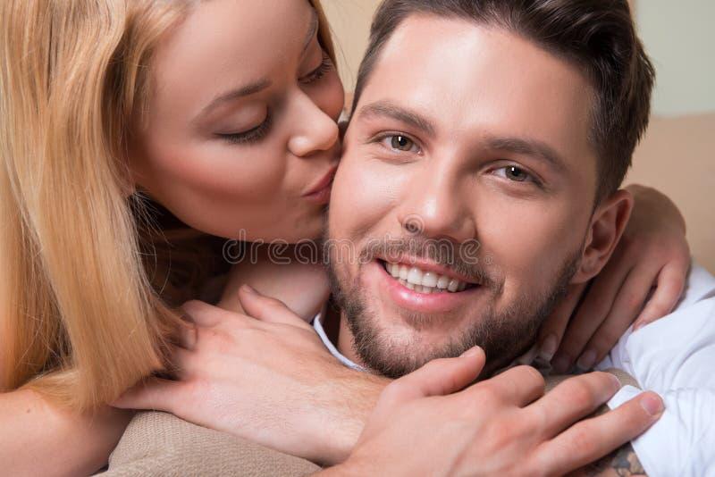 lycklig förälskelse för par arkivfoto
