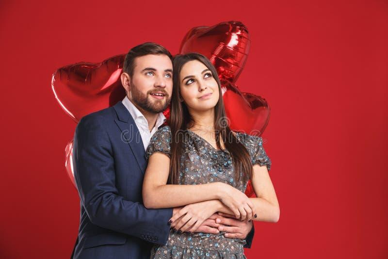 lycklig förälskelse för par Bedöva den sinnliga ståenden av ungt stilfullt mode koppla ihop fotografering för bildbyråer