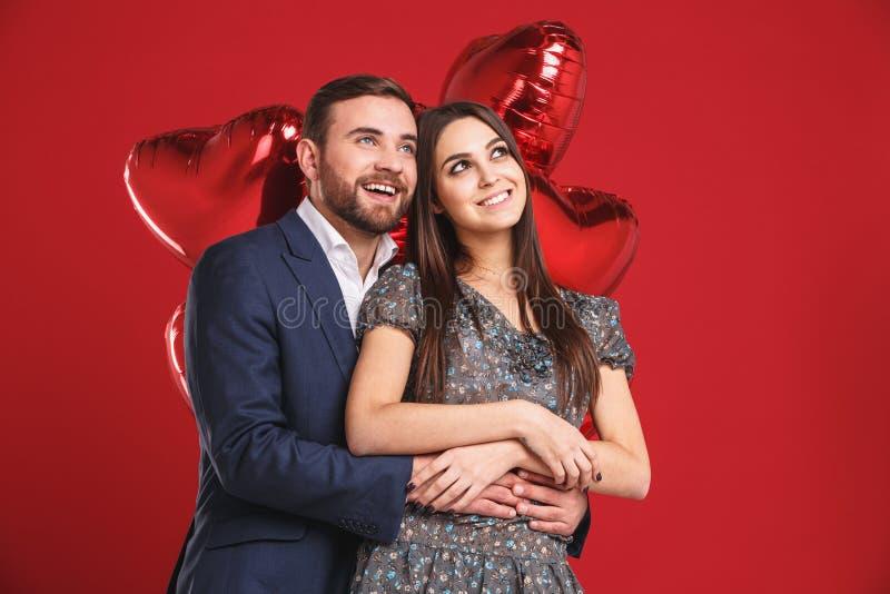 lycklig förälskelse för par Bedöva den sinnliga ståenden av ungt stilfullt mode koppla ihop arkivbild