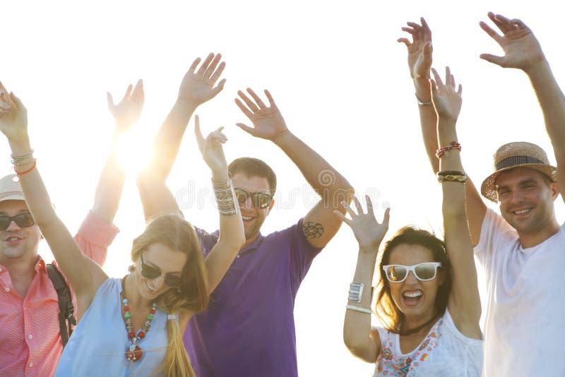 Lycklig för elebration för vänner Ñ sommar för parti för strand royaltyfri fotografi