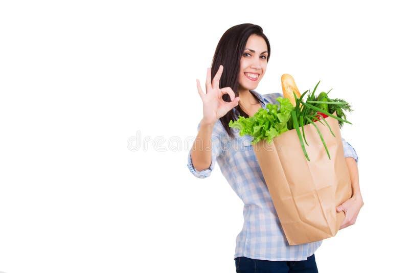 Lycklig för innehavpapper för ung kvinna påse för shopping med royaltyfria bilder