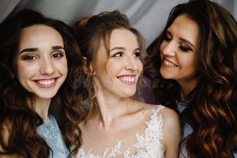 Lycklig förbindelse och brud på begreppet för bröllopdag royaltyfri fotografi
