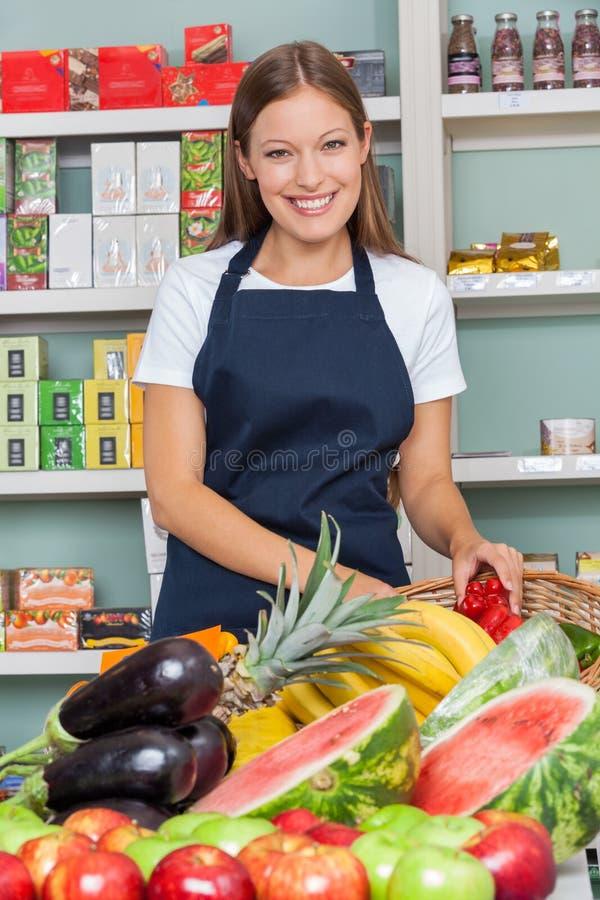 Lycklig försäljare Working At Supermarket royaltyfri bild