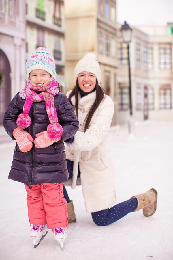 Lycklig förtjusande liten flicka och barnmoder royaltyfri fotografi