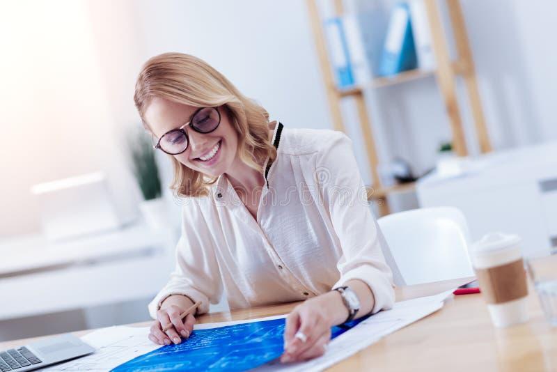Lycklig förtjust kvinna som ser ritningen fotografering för bildbyråer
