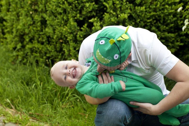 lycklig fader hans leka son royaltyfri foto