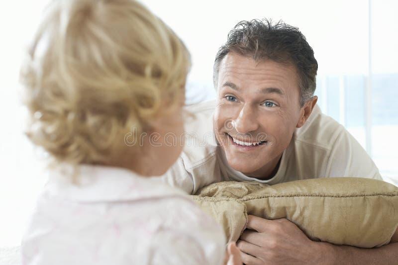Lycklig fader Looking At Son royaltyfri bild