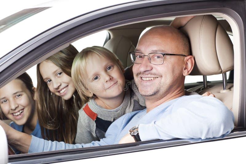 Lycklig fader med barn i bilen arkivbild
