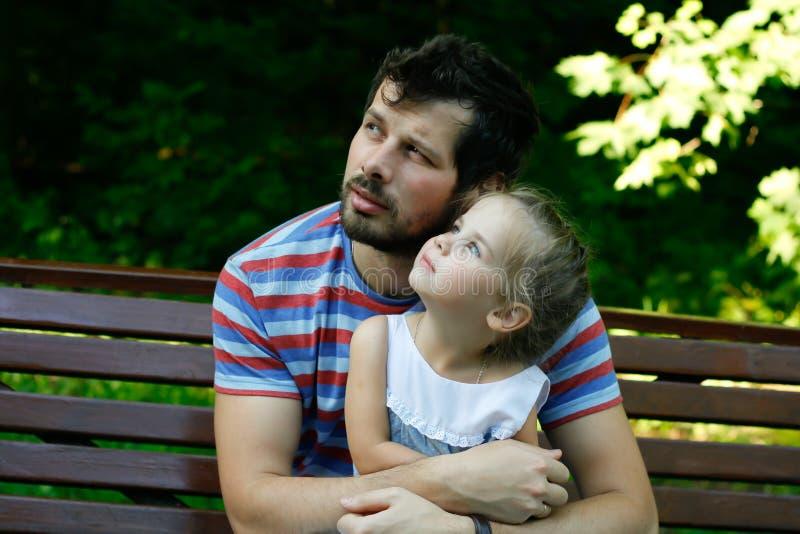 Lycklig fader med den förtjusande dottern arkivbild