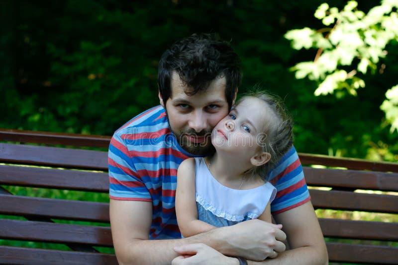 Lycklig fader med den nätta dottern arkivbild