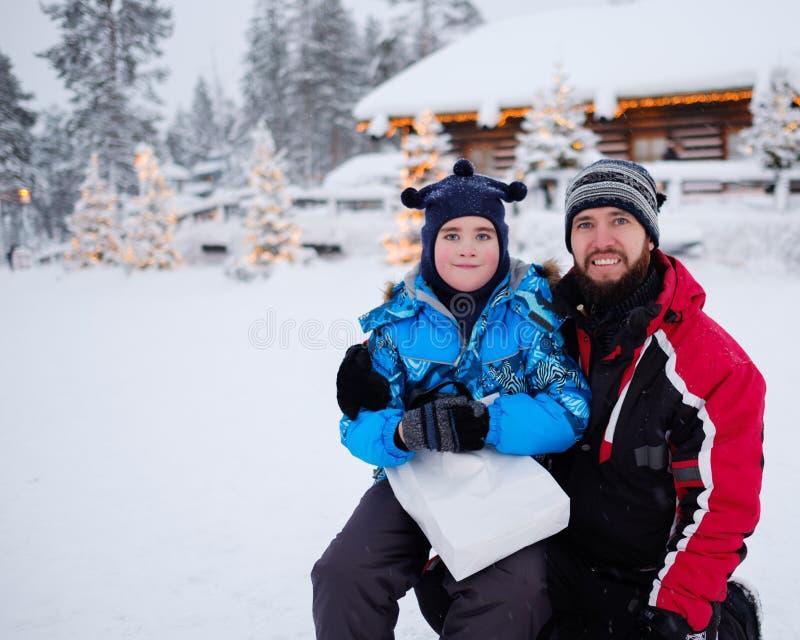 Lycklig fader med hans son i en snö arkivfoton