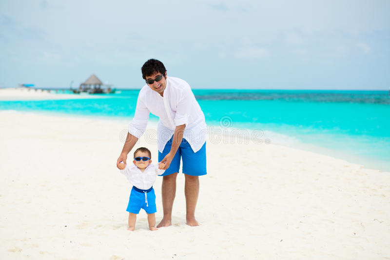 Lycklig fader med sonen arkivbild