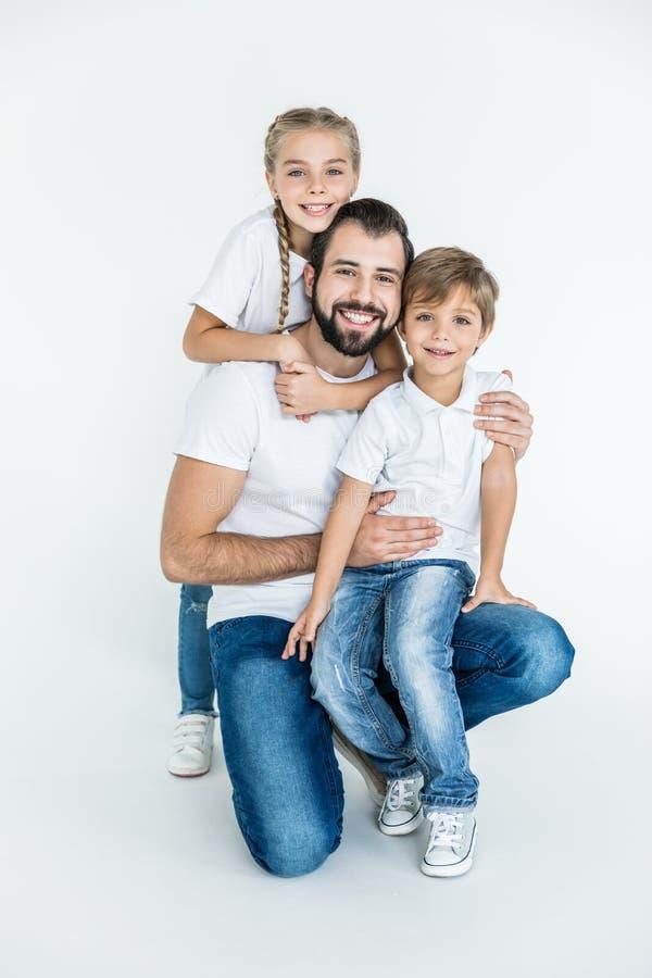 Lycklig fader med ungar arkivfoto