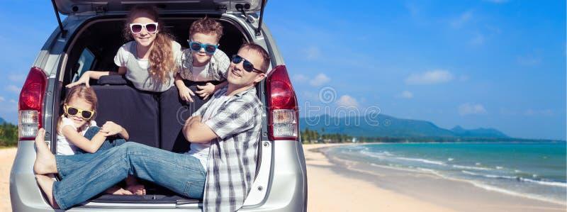 Lycklig fader och barn som sitter i bilen på den soliga dagen arkivbilder