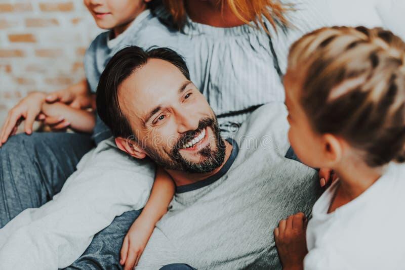 Lycklig fader och dotter som har gyckel tillsammans royaltyfri foto