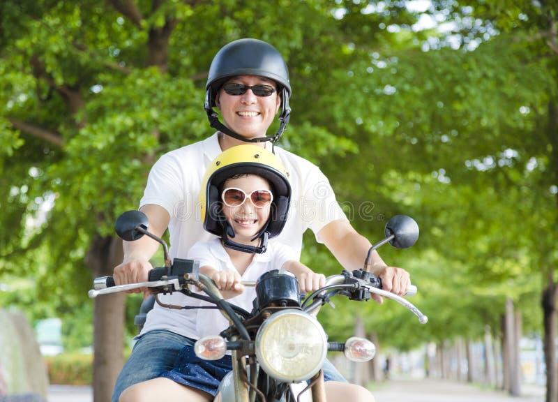 Lycklig fader- och dotterresande på motorcykeln royaltyfri foto