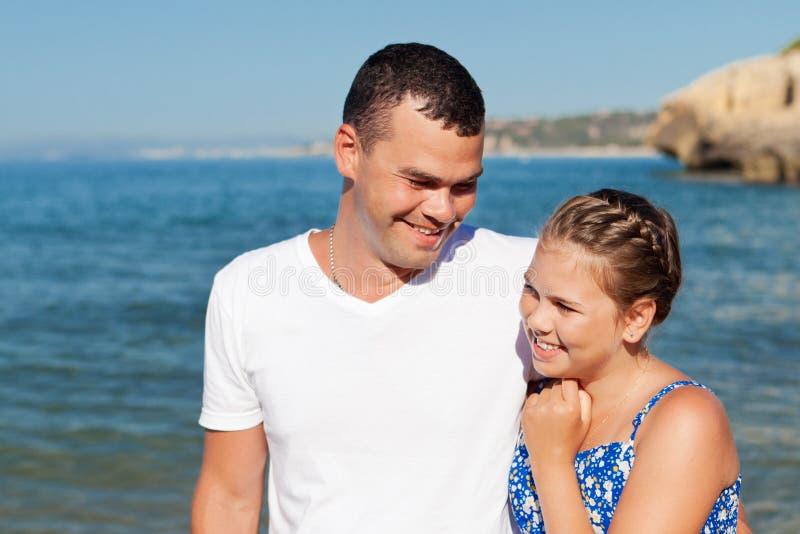 Lycklig fader och hans lilla dotter på stranden royaltyfria foton