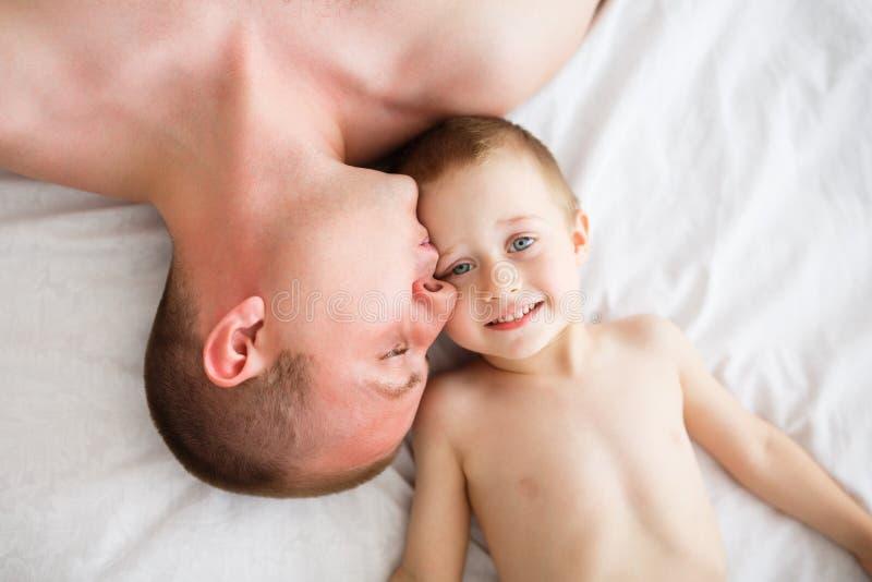 Lycklig fader och hans son royaltyfria foton