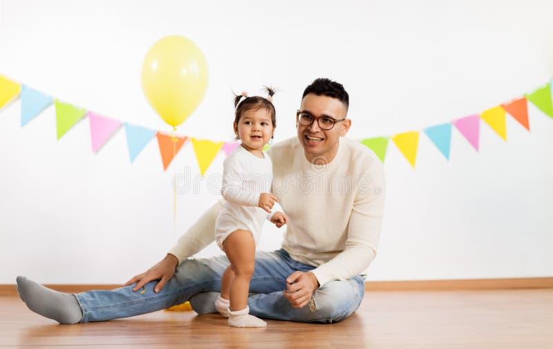 Lycklig fader och liten dotter på födelsedagpartiet royaltyfri fotografi